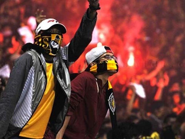 Sân Hàng Đẫy bị phạt 85 triệu đồng, bóng đá thế giới xử phạt pháo sáng như thế nào? - Ảnh minh hoạ 4