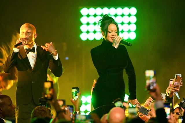 Rihanna sành điệu với váy lạ mắt - 11
