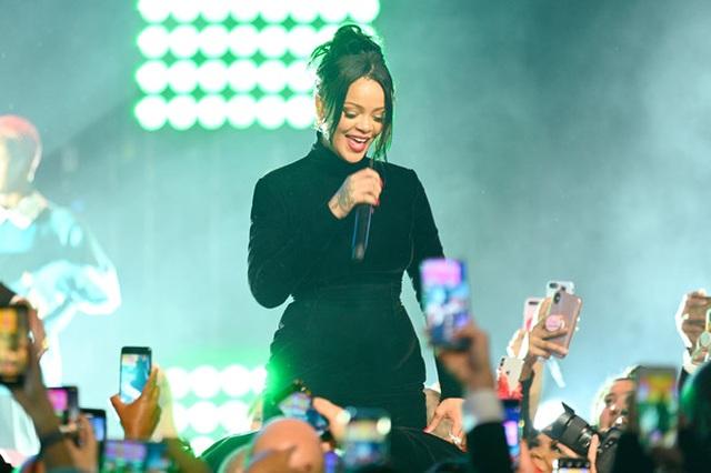 Rihanna sành điệu với váy lạ mắt - 8