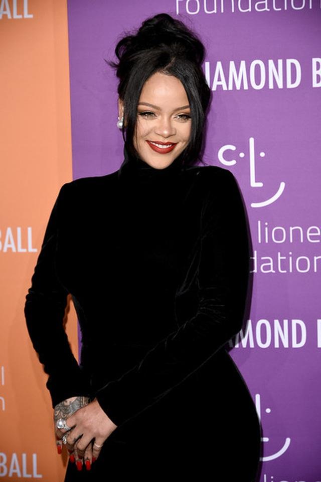 Rihanna sành điệu với váy lạ mắt - 5