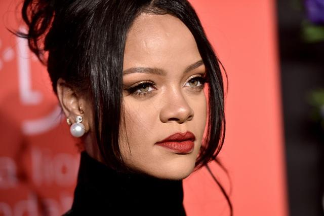 Rihanna sành điệu với váy lạ mắt - 2