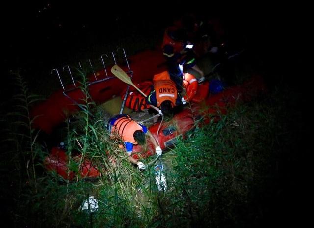 Tìm thấy thi thể nạn nhân rơi xuống sông sau vụ tai nạn trên cầu Thanh Trì - 1