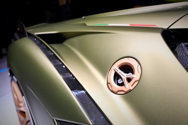 Cận cảnh siêu xe hybrid đầu tiên của Lamborghini  - 19