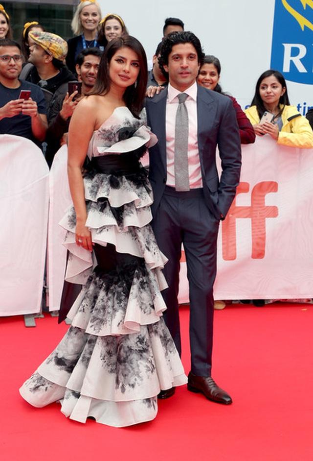 Priyanka Chopra trẻ đẹp với váy xếp tầng  - 7