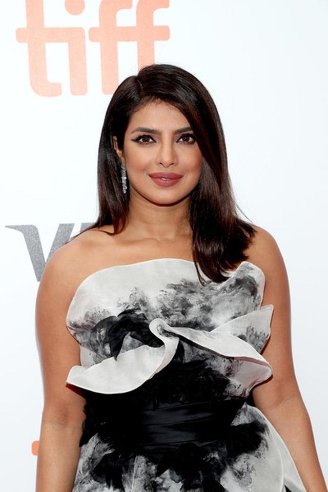 Priyanka Chopra trẻ đẹp với váy xếp tầng  - 1