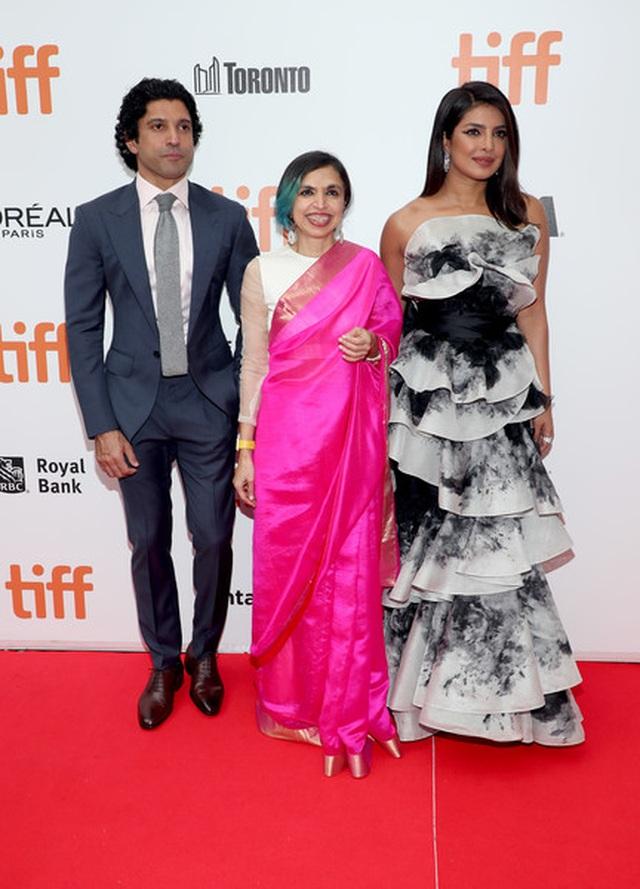 Priyanka Chopra trẻ đẹp với váy xếp tầng  - 6