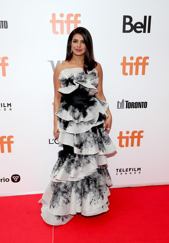 Priyanka Chopra trẻ đẹp với váy xếp tầng  - 10