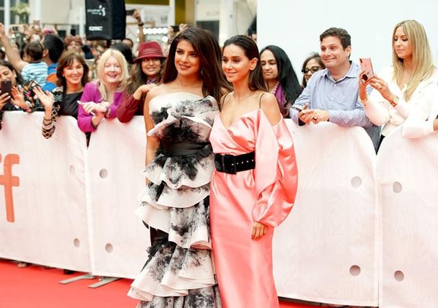 Priyanka Chopra trẻ đẹp với váy xếp tầng  - 4