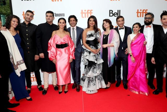 Priyanka Chopra trẻ đẹp với váy xếp tầng  - 8