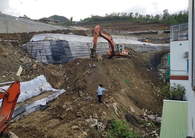 Sau nhiều tranh cãi, bức tường khủng đe dọa nhà dân ở Nha Trang đã tháo xong - 1