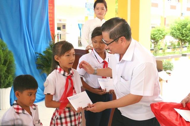 Ban Tuyên giáo TP Cần Thơ trao tặng 50 suất học bổng và 10 xe đạp cho HS khó khăn - 1
