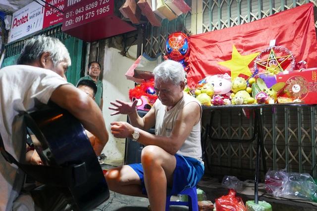 Hà Nội: Phố cổ rực rỡ đèn lồng, chật cứng người đi chơi Trung thu - 14