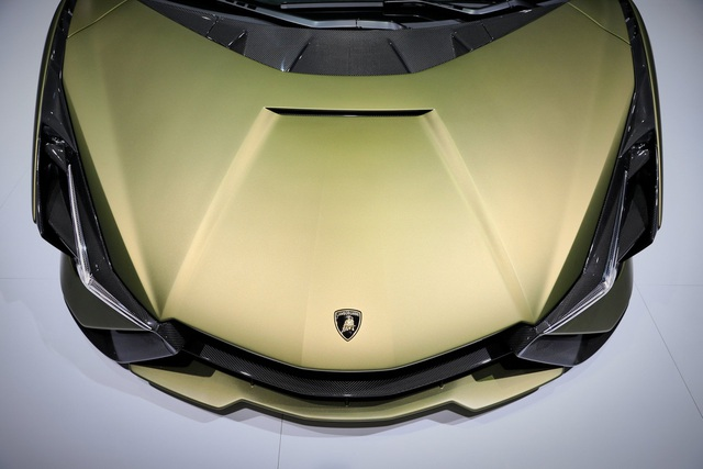 Cận cảnh siêu xe hybrid đầu tiên của Lamborghini  - 17