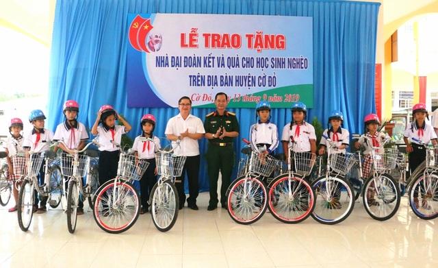 Ban Tuyên giáo TP Cần Thơ trao tặng 50 suất học bổng và 10 xe đạp cho HS khó khăn - 2