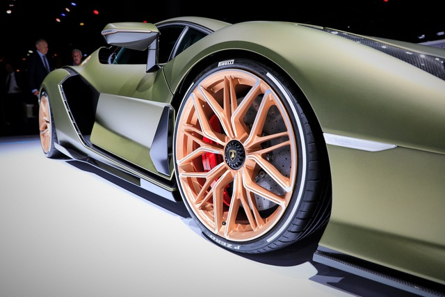 Cận cảnh siêu xe hybrid đầu tiên của Lamborghini  - 20