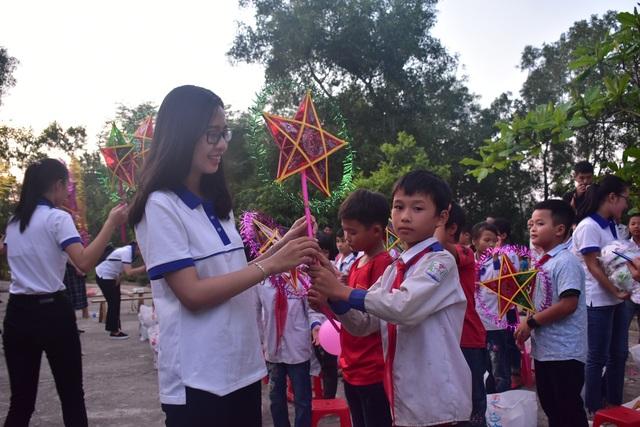 Sinh viên ĐH Vinh tặng quà Trung thu cho học sinh nghèo - 5