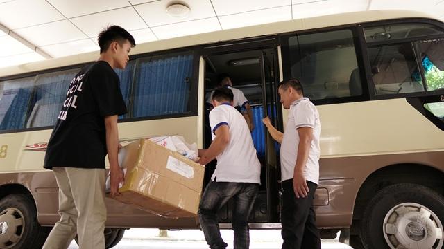 Sinh viên ĐH Vinh tặng quà Trung thu cho học sinh nghèo - 2
