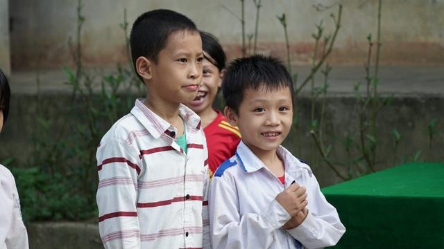 Sinh viên ĐH Vinh tặng quà Trung thu cho học sinh nghèo - 4