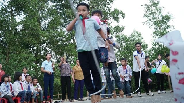 Sinh viên ĐH Vinh tặng quà Trung thu cho học sinh nghèo - 3