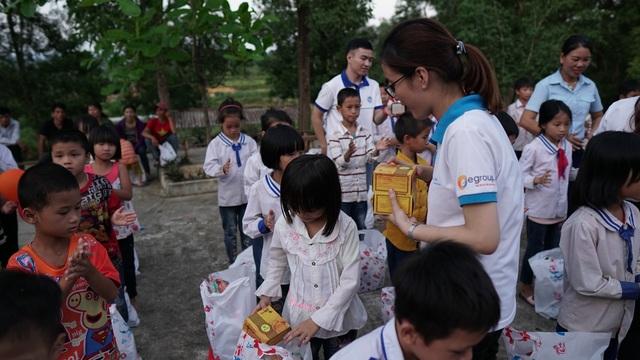 Sinh viên ĐH Vinh tặng quà Trung thu cho học sinh nghèo - 7