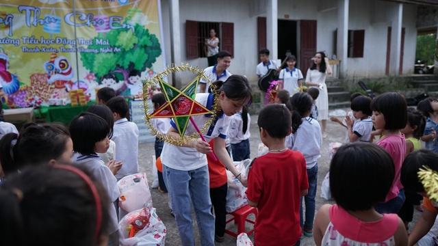 Sinh viên ĐH Vinh tặng quà Trung thu cho học sinh nghèo - 1