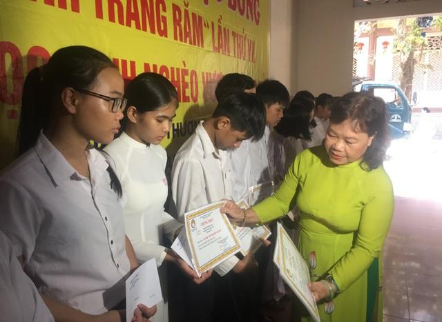 Quảng Trị:  Trao hàng chục suất học bổng cho học sinh nghèo - 1