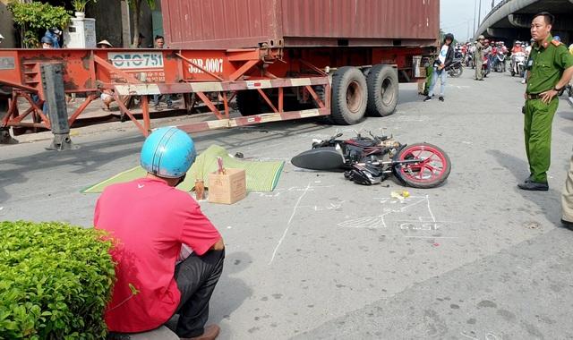 Người chồng gào khóc bên thi thể vợ bị xe container cán tử vong - 2