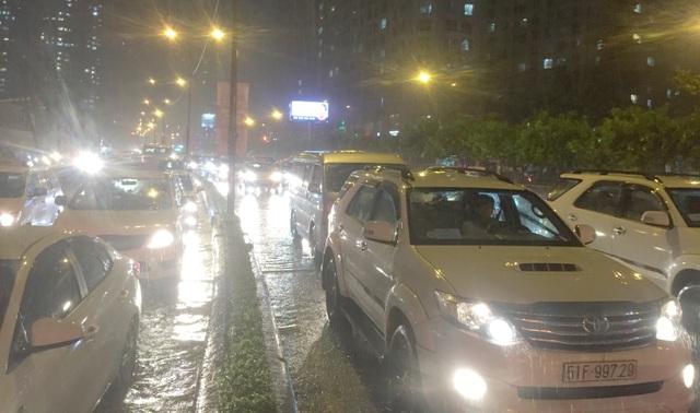 TPHCM: Người, xe bơi trên nhiều tuyến phố ngập nặng trong mưa lớn - 3