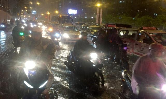 TPHCM: Người, xe bơi trên nhiều tuyến phố ngập nặng trong mưa lớn - 6