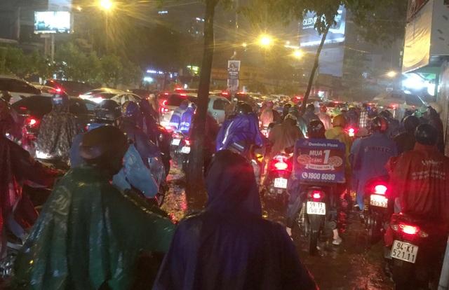 TPHCM: Người, xe bơi trên nhiều tuyến phố ngập nặng trong mưa lớn - 4