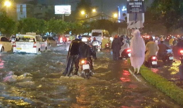 TPHCM: Người, xe bơi trên nhiều tuyến phố ngập nặng trong mưa lớn - 2