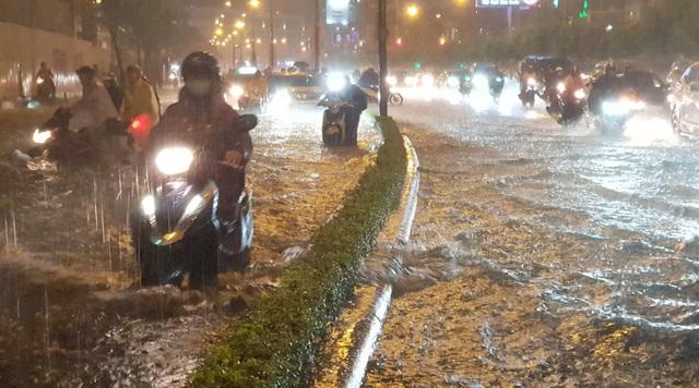 TPHCM: Người, xe bơi trên nhiều tuyến phố ngập nặng trong mưa lớn - 1