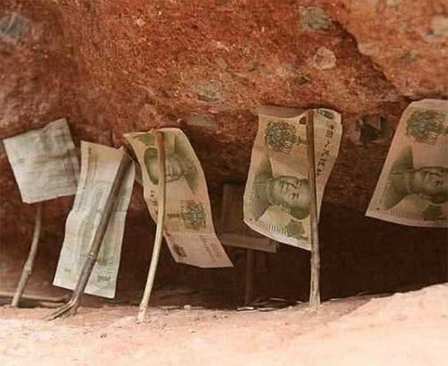 Tiền cắm đầy dưới chân núi nhưng không ai dám lấy cắp - 5