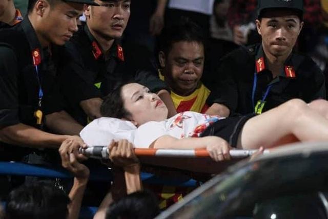 Khởi tố vụ bắn pháo sáng trên sân Hàng Đẫy khiến nữ CĐV trọng thương - 1