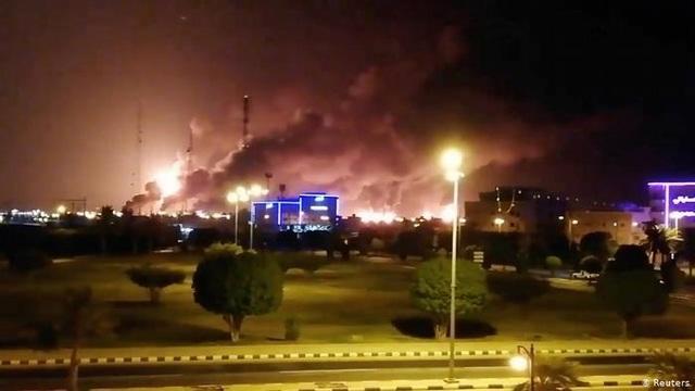 Hai cơ sở dầu mỏ của Ả-rập Xê-út bị tấn công, Mỹ tố Iran là thủ phạm - 1