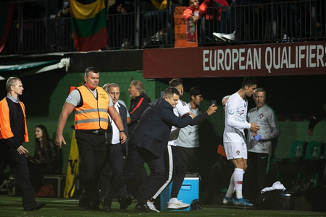 Cổ động viên bị phạt tiền vì xin chụp hình tự sướng cùng C.Ronaldo - 3