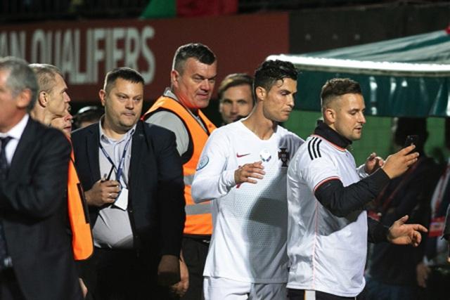 Cổ động viên bị phạt tiền vì xin chụp hình tự sướng cùng C.Ronaldo - 5