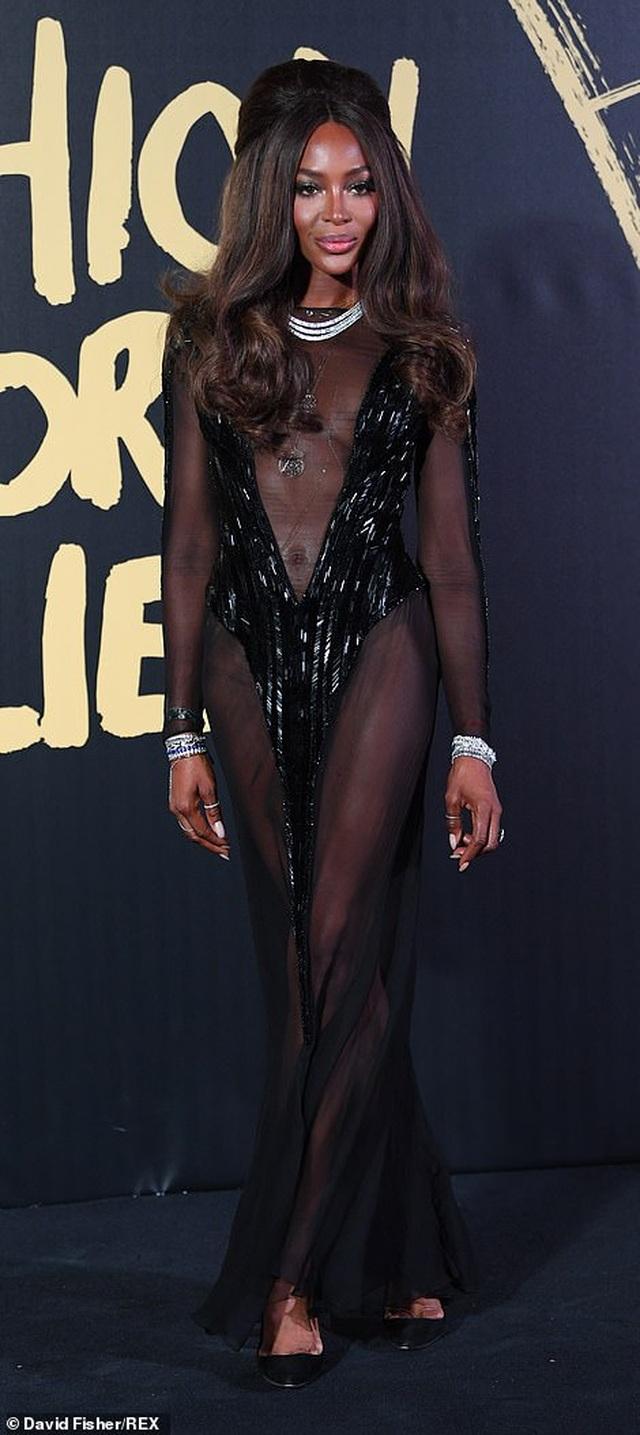 Choáng váng với váy hở bạo của Naomi Campbell - 1