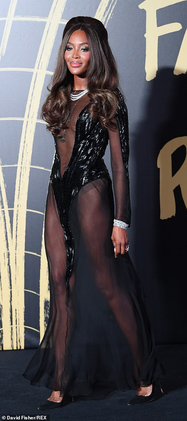Choáng váng với váy hở bạo của Naomi Campbell - 2