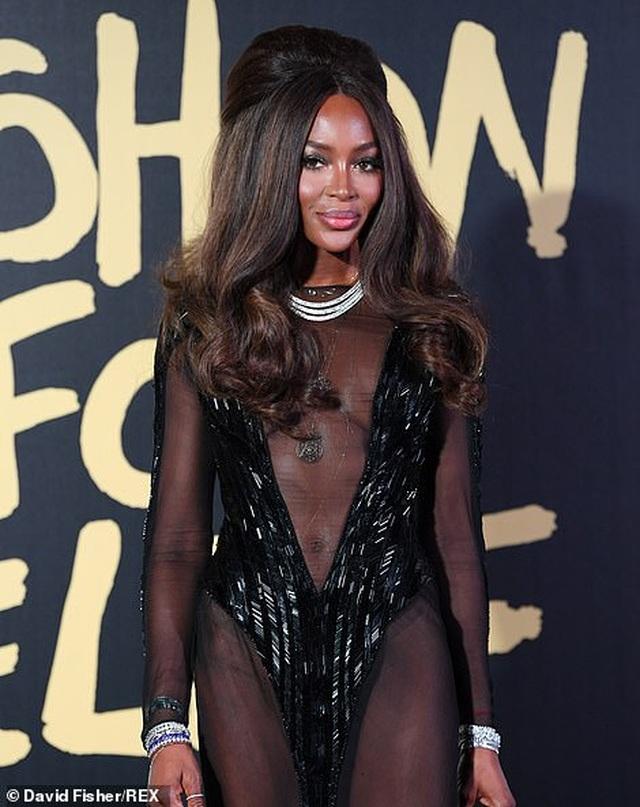 Choáng váng với váy hở bạo của Naomi Campbell - 3