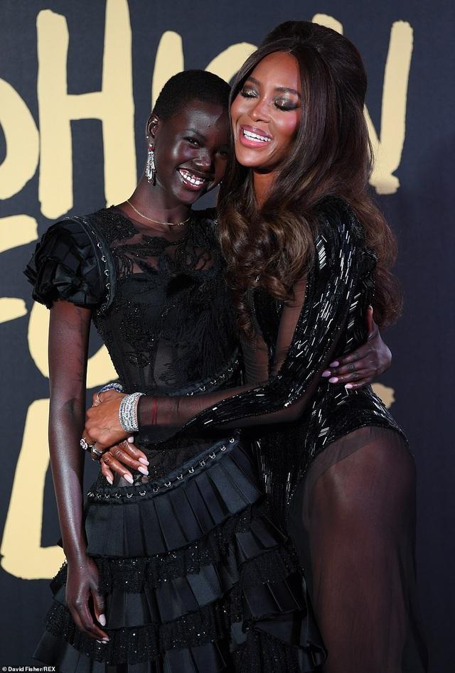 Choáng váng với váy hở bạo của Naomi Campbell - 4