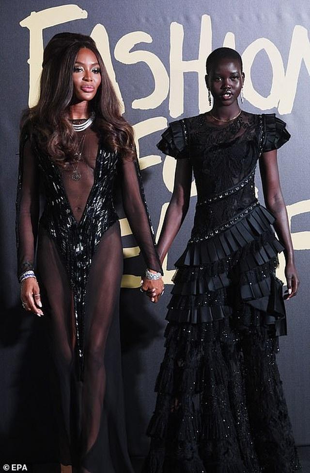 Choáng váng với váy hở bạo của Naomi Campbell - 5