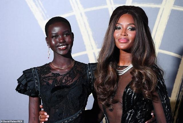 Choáng váng với váy hở bạo của Naomi Campbell - 7