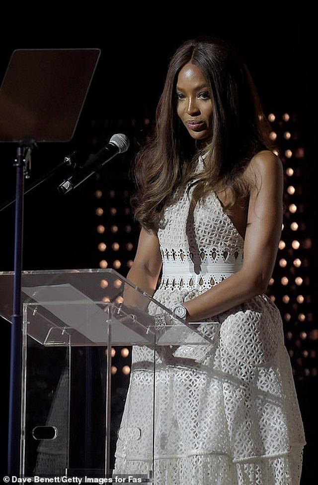 Choáng váng với váy hở bạo của Naomi Campbell - 12
