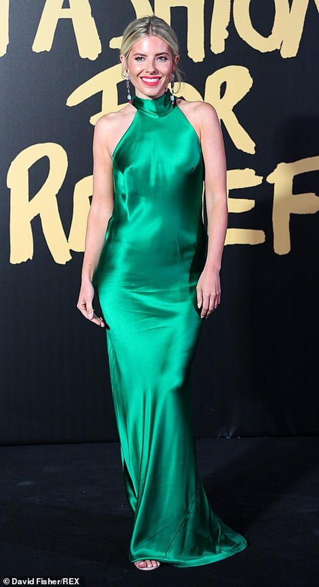 Choáng váng với váy hở bạo của Naomi Campbell - 25