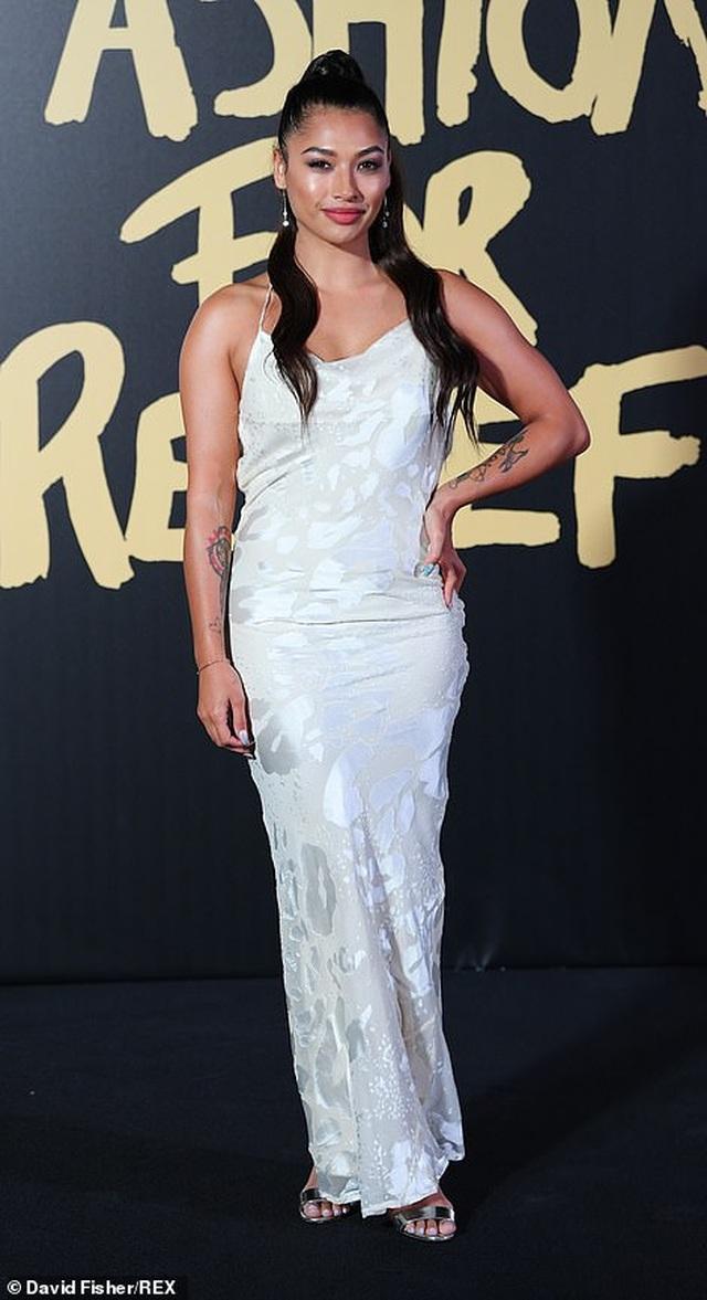 Choáng váng với váy hở bạo của Naomi Campbell - 26