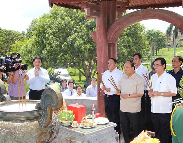 Thủ tướng dâng hương tri ân các liệt sĩ tại Thành cổ Quảng Trị