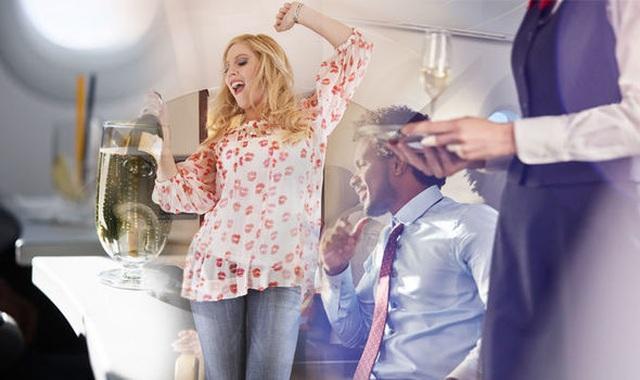 Nữ hành khách Trung Quốc cắn tiếp viên trên máy bay vì say rượu - 1