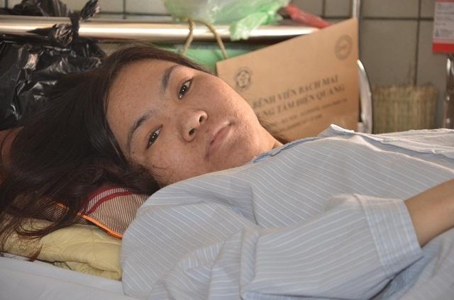 Người mẹ nghèo bất lực nhìn con gái chia quả thận để cứu em - 1