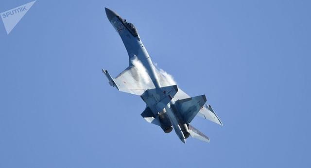 """""""Sát thủ trên không"""" Su-35 của Nga nhào lộn mãn nhãn - 1"""